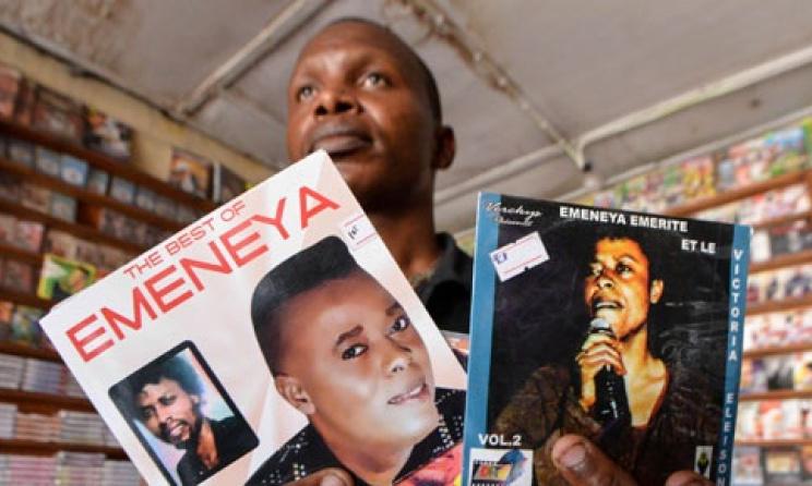 Albums de l'artiste musicien Emeneya dans une maison de distribution © www.channel24.co.za