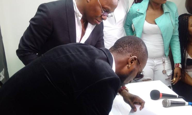Héritier Watanabé, lors de la signature de son contrat avec Obuo Music. (ph) Facebook