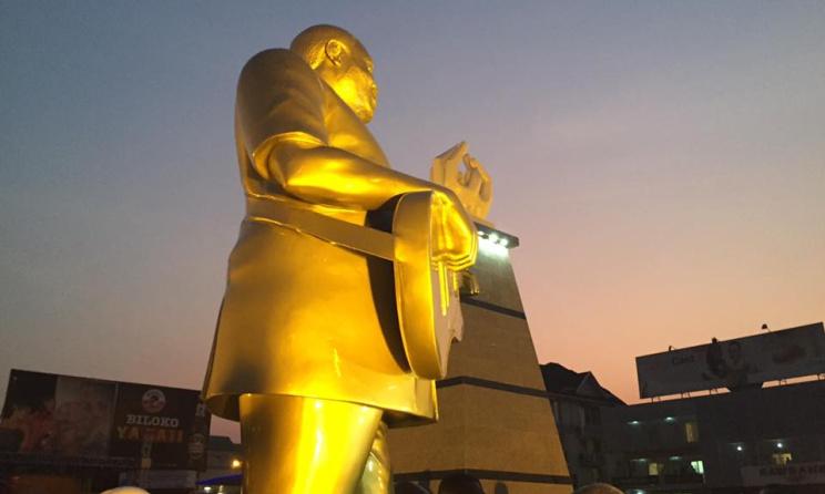 La statue de bronze représentant l'artiste Franco Luambo Makiadi. (ph) Facebook - Maître Liyolo