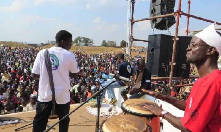 Thom Damba (droite) avec Andiamo Music School Band. Ph: www.alleluyaband.org