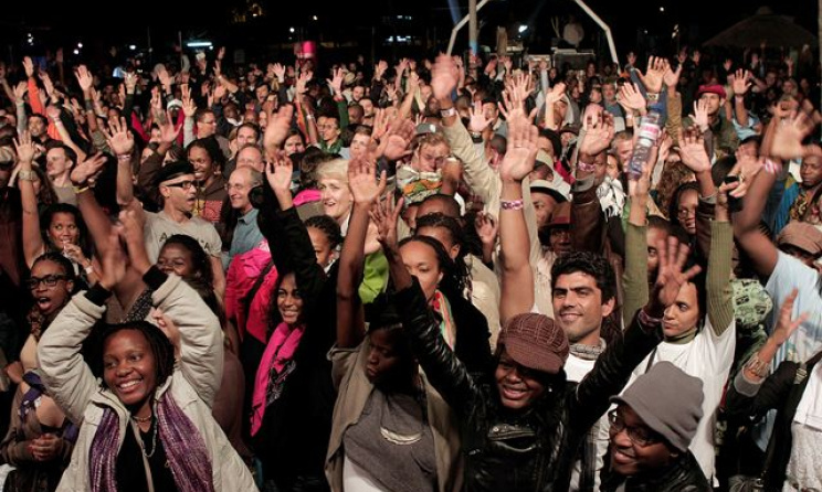 fans at a live music event. Photo: www.inst.milleniumbim.co.mz