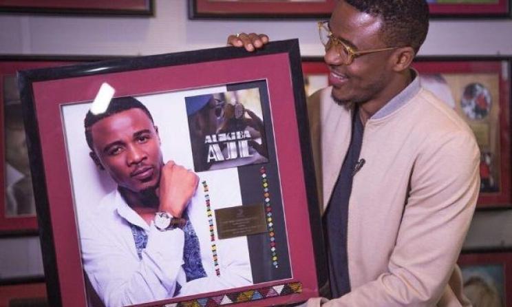 Ali Kiba displays his congratulatory plaque.  Photo: Bongo5.com