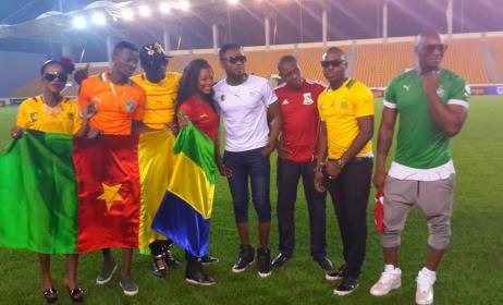 """Les artistes qui ont participé à """"hola hola"""" la chanson officielle de la Can 2015 parmi lequel Singuila du Congo Brazza (à dr)."""