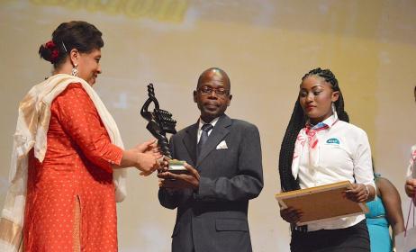 Pierre Ntsemou recevant le trophée de la part de la représentante de l'Unesco au Congo .(ph) Adiac Congo
