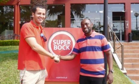 Azgo director Paulo Chibanga (right) with Tiago Almeida from Unicer Mozambique. Photo: azgofestival.com
