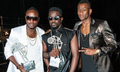 Nigeria's Davido (left) and Ghana's Sarkodie (middle) at the 2014 MAMAs. Photo: mtvbase.com