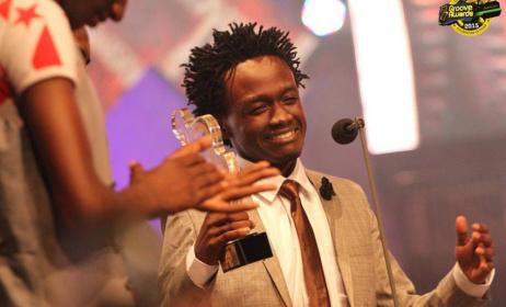 Bahati receiving a Groove award. Photo: Citizentv.co.ke