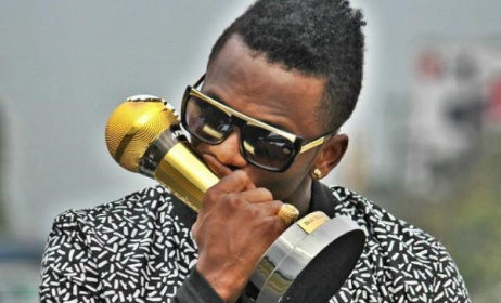 Diamond Platnumz kissing his 2014 AFRIMMA trophy for Best Male Artist - East Africa. Photo: Facebook