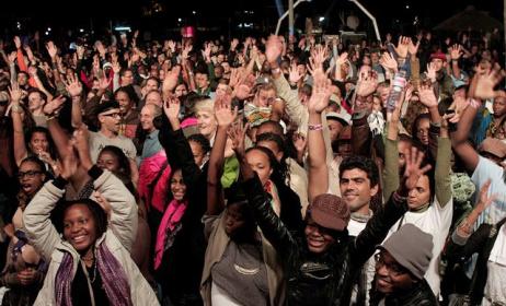 fans at a live music event. Photo: www.inst.milleniumbim.co.mz