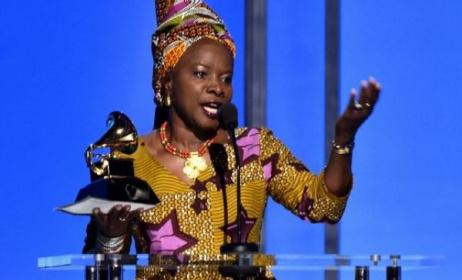 Angelique Kidjo recevant son troisième Grammy Award. Photo: Alberto E. Rodriguez / www.grammy.com