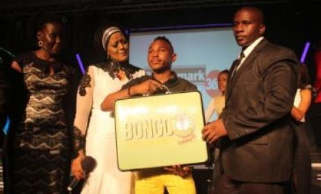 2015 Bongo Star Search gagnant Kayumba Juma reçoit son prix. Photo: www.cloudsfm.com