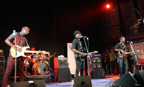 Le groupe malien Songhoy Blues sur scène lors du Festival Bamako Acoustik (Ph) www.lexpress.fr