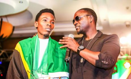 2015 Airtel Trace Music Star winner Mayunga Andrew with Akon. Photo: www.africancelebs.com