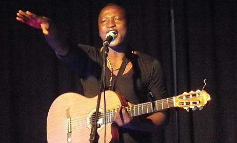 Célestin Mawndoé pendant un concert. Photo: africavivre.com