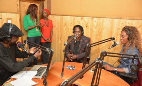 Baaba Maal dans les studios de Fem FM en compagnie de Xuman et de Kia
