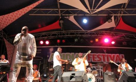 Le Guinéen Sékouba Bambino sur scène lors de la 2ème édition du festival des musiques du monde ou Abidjan festival. (Ph): rti.ci