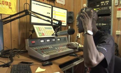 Un animateur radio au travail. Photo : www.vimeo.com