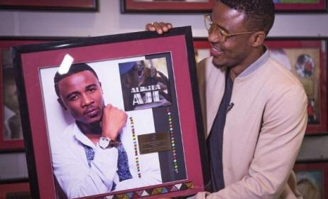 Ali Kiba displays his congratulatory plaque.  Photo: Bongo5.com