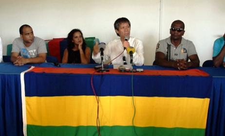 Percy Yip Tong s'adresse aux journalistes lors de la conférence de presse. Photo: ionnews