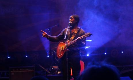 Roland Tchakounté sur la scène du Festival Sauti za Busara
