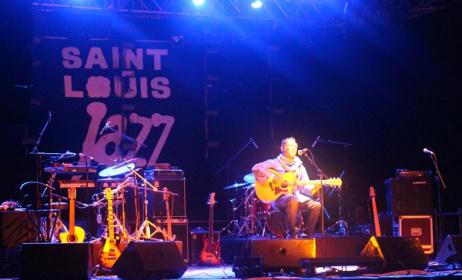 Lokua Kanza sur la scène du Festival de Saint-Louis