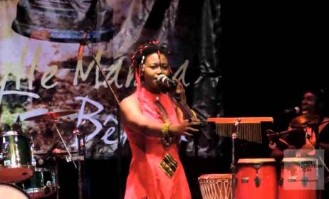 La chanteuse centrafrique Idylle Mamba lors d'un concert